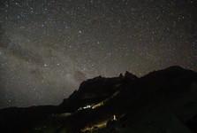 náročný noční výstup na Point Lenana jen za svitu baterek a hvězd