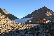 Rakouská chata a ledovec Lewis