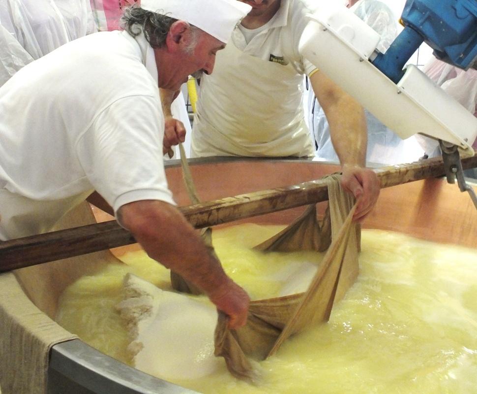 míchání mléka, výroba parmazánu