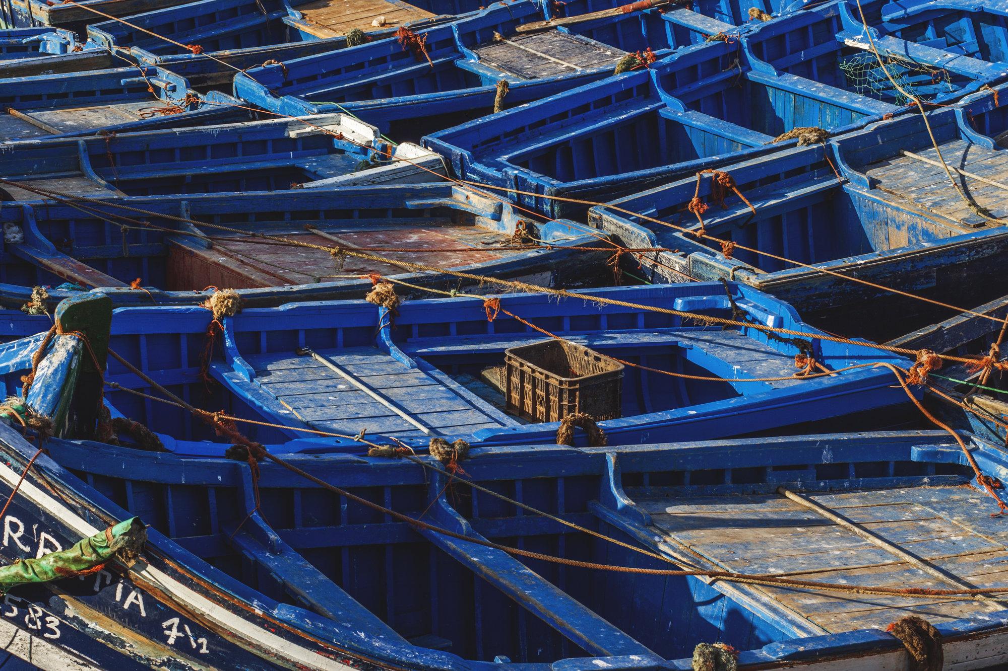 modré lodě v přístavu