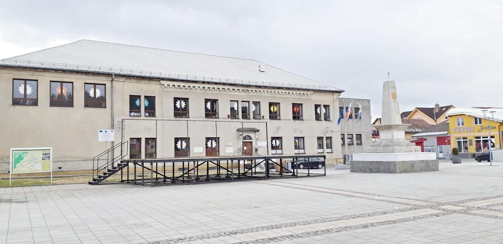 a building of the former grammar school and the memorial of the Red Army
