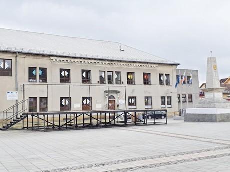 budova bývalého reálneho gymnázia a pomník Červenej armády (Trstená)