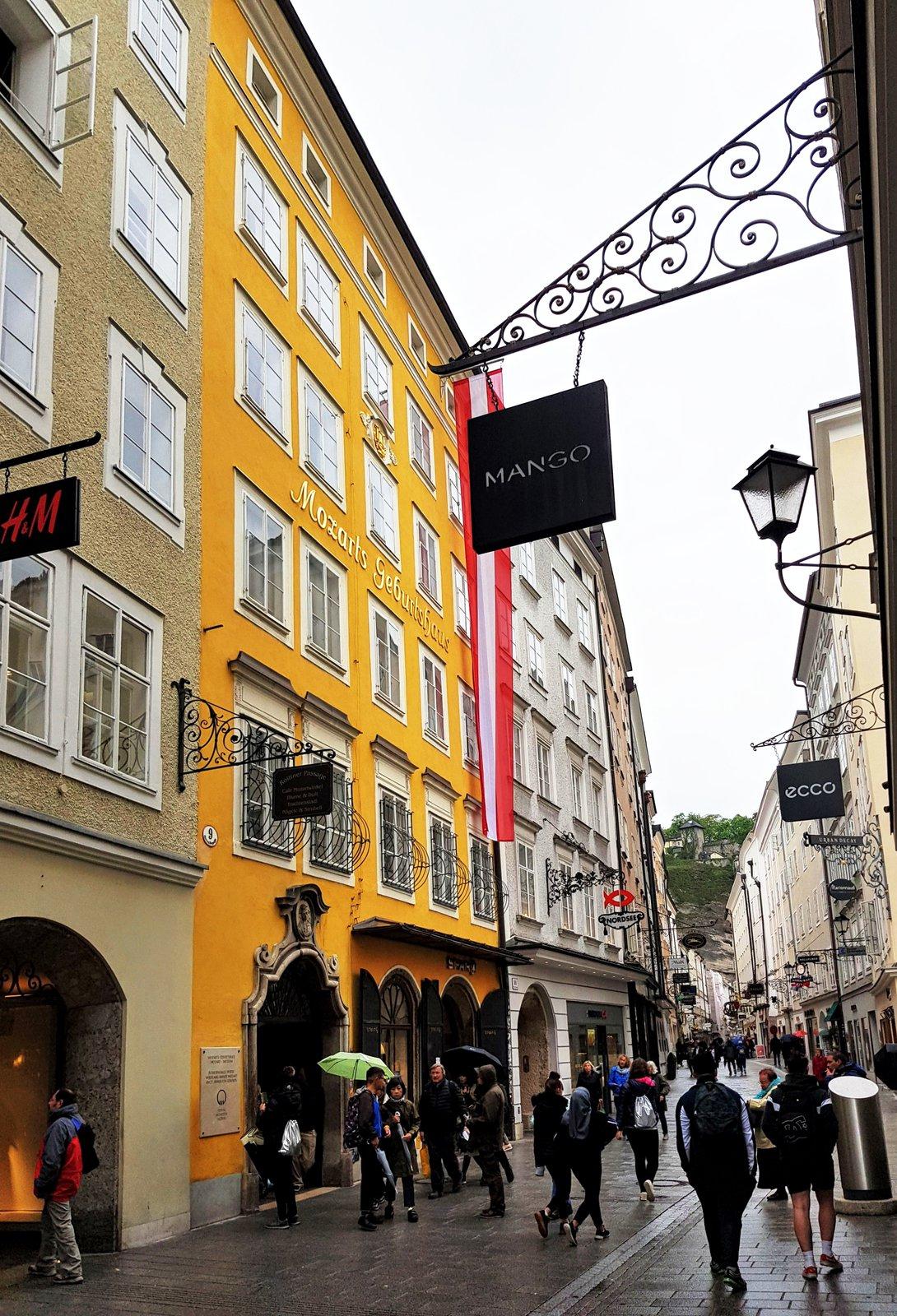 Mozartov rodný dom v uličke Getreidegasse