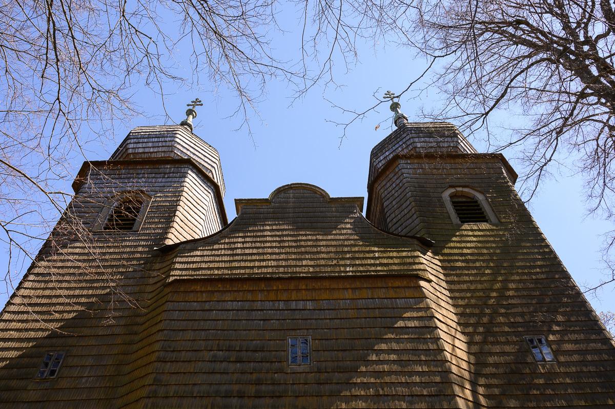 priečelie kostola so šindľami