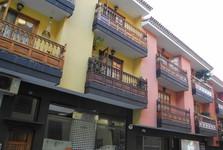 typické barevné domy s dřevěnými balkony