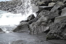 typické tmavé kameny