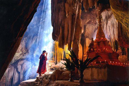 Novice paying homage_ mnich (novic), Barma