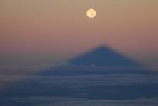najdlhší tieň na svete – tieň sopky Pico del Teide zobrazujúci sa na oceáne