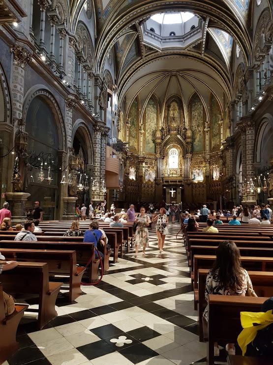 vo vnútri baziliky, v čele oltár s Madonou