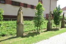sochy svätých u kostola sv. Jakuba