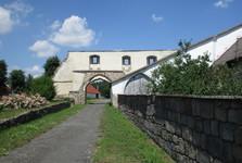 zvyšky múrov v obci Klášter