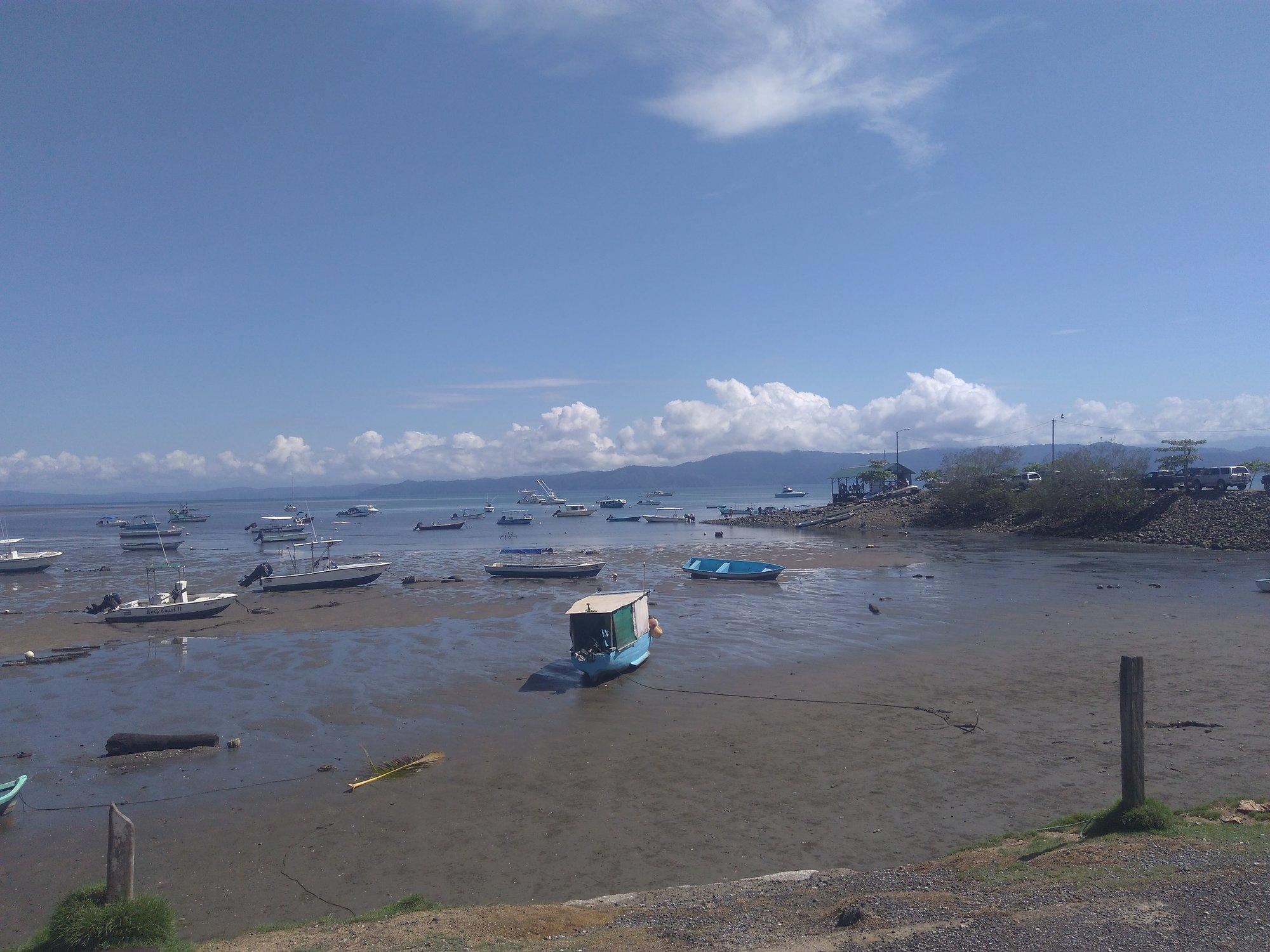 malý přístav při odlivu v Puerto Jiménez