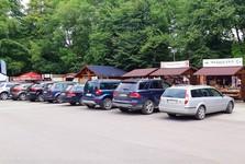 parkoviště a stánky se suvenýry