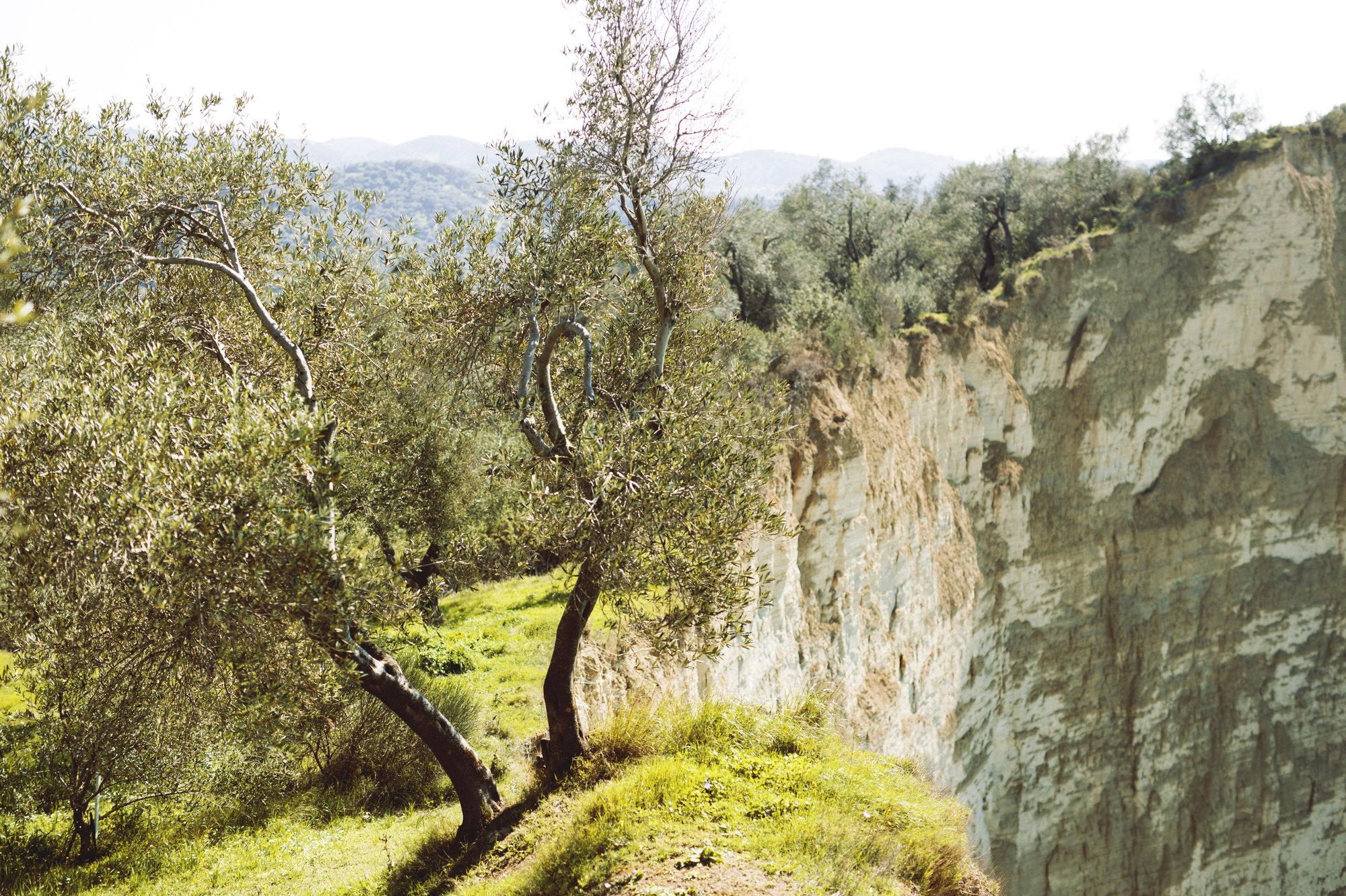 strmé skalné útesy neďaleko vily Durrellových