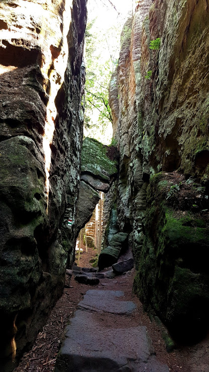 průchod mezi skalami