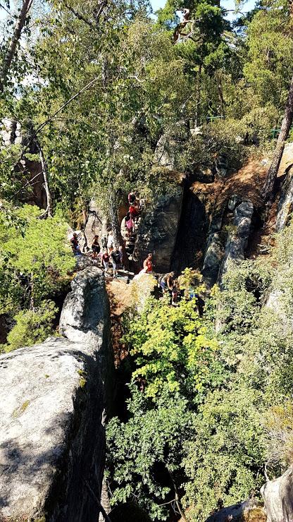 schody a úzké průchody v Prachovských skalách