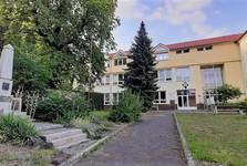 Velké Popovice – škola, památník