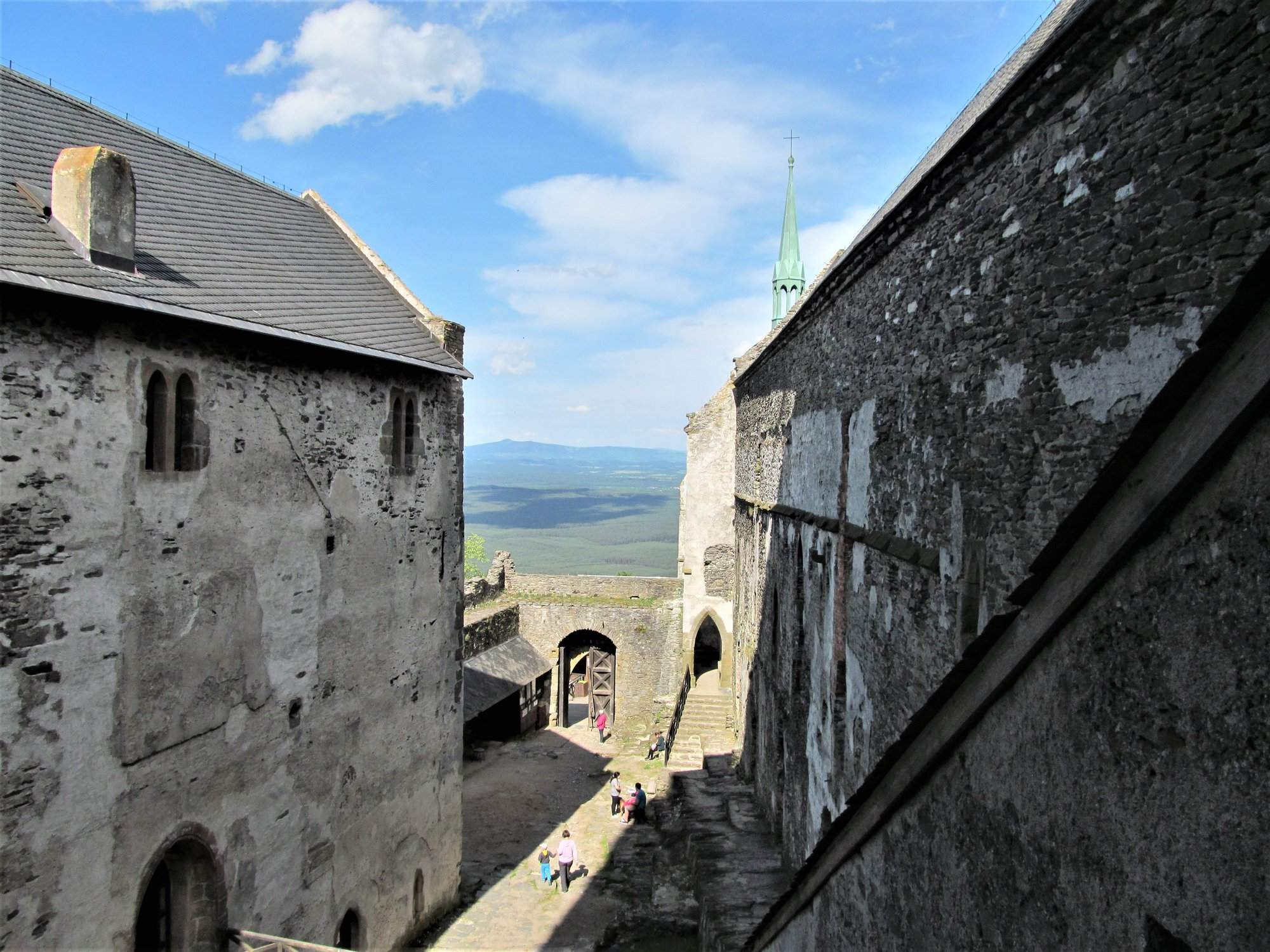 Pohled od velké věže na první nádvoří. Vlevo purkrabský palác, vpravo královský a vzadu pak kaple sv. Michala