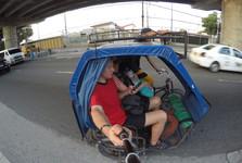перемещение по городу обеспечивают трехколесные велосипеды