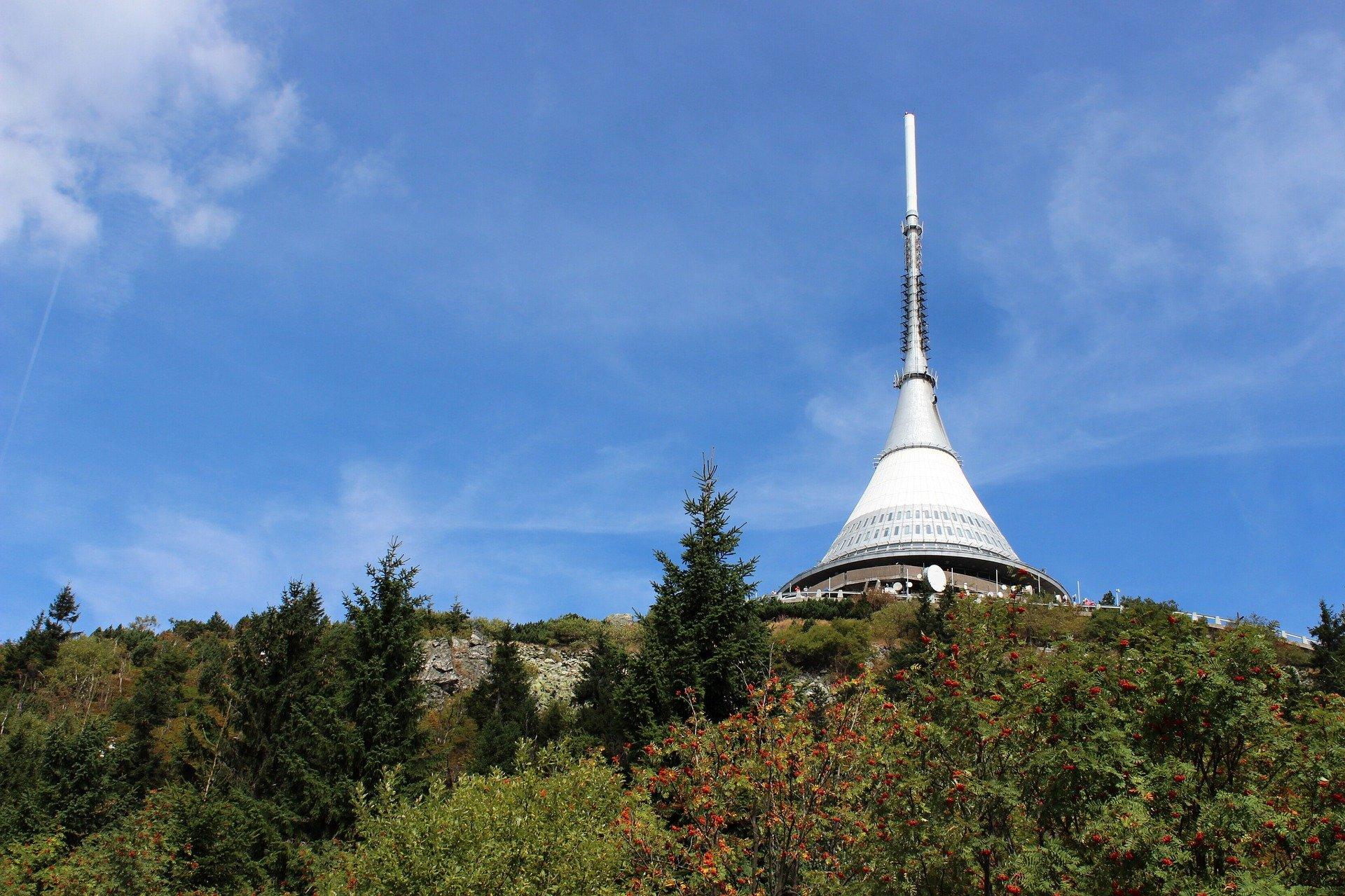 Terasy Ještědu a hotel na vrcholu