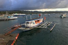 tyto lodě přepravují turisty z letiště na Boracay