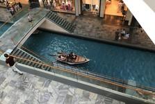 v Marina Bay Sands se můžete projet i na loďce