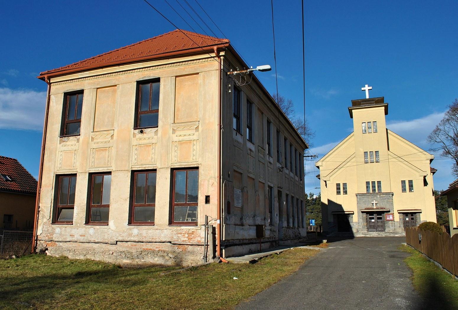 здание школы и евангелического костела, (c) Патрик Кунец (Липтовский Петер)