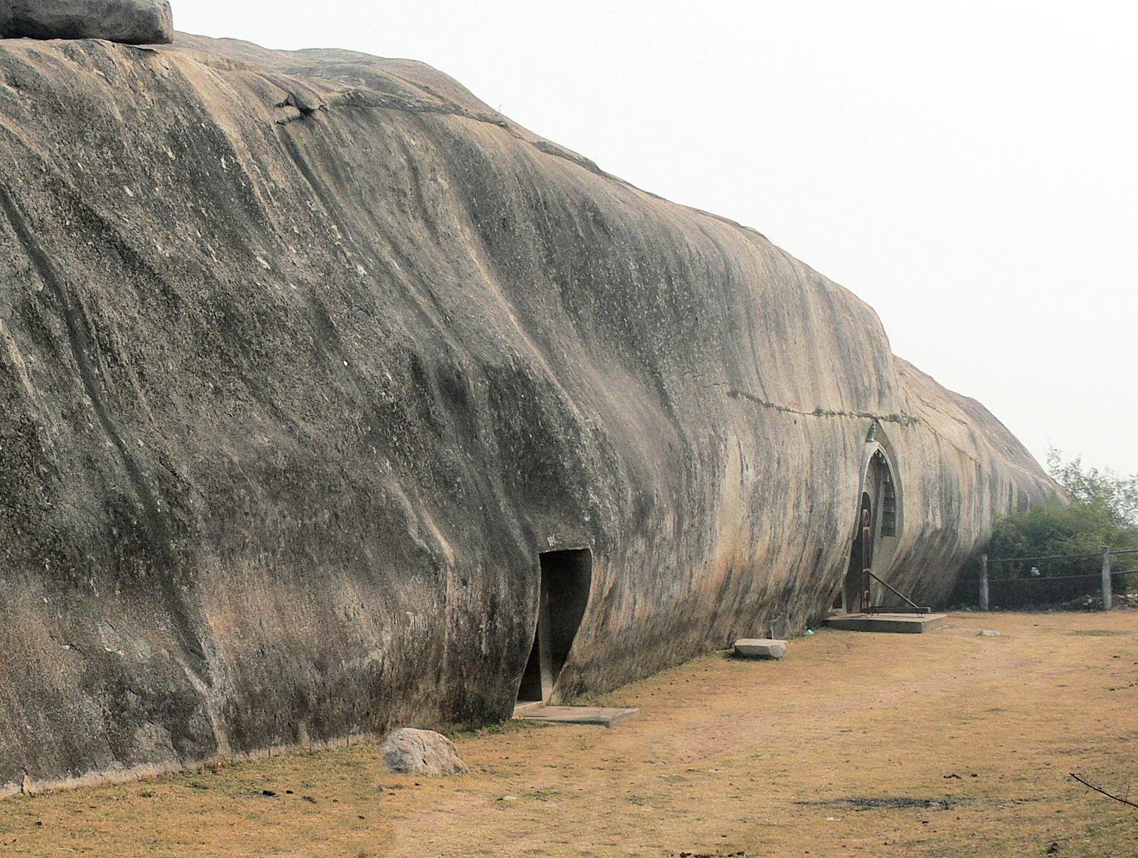 входы в пещеры Судама и Ломас Риши