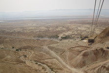 cesta hore lanovkou, v pozadí Mŕtve more