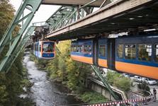 vlaky nad řekou Wupper