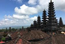 Chrám Besakih se skládá z 23 menších chrámů