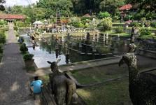 v zahradách Tirta Gangga můžete chodit po vodě