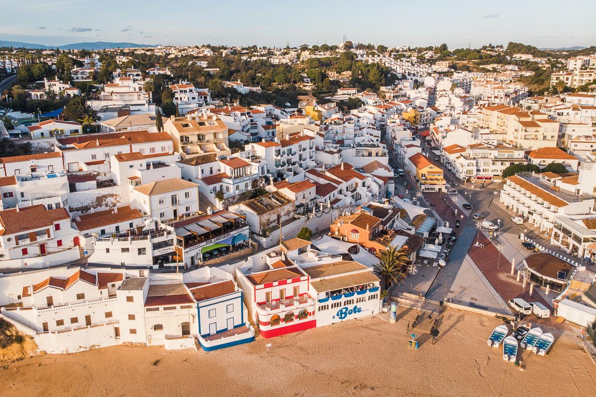 centrum mestečka s plážou