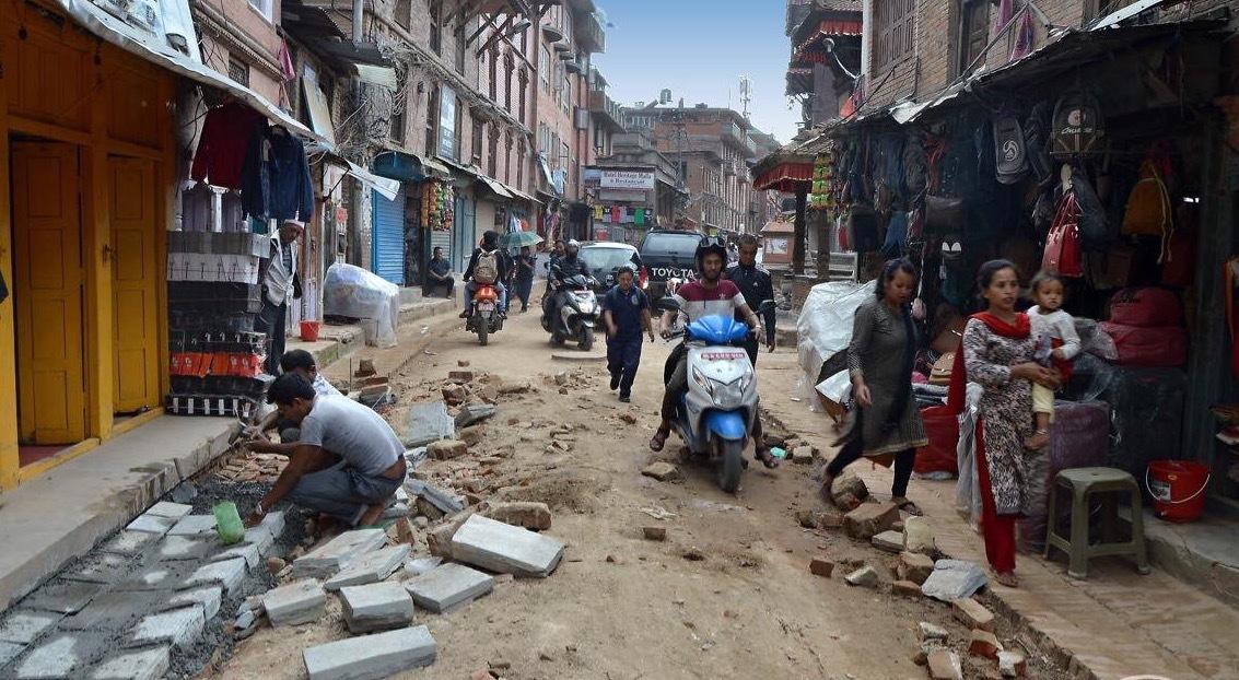 rozbité silnice po zemětřesení v r. 2015