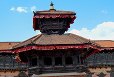 Храм Пашупатинатха, на заднем плане - дворец с 55 окнами