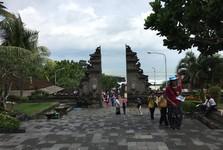 Vstupní brána do chrámu Tanah Lot