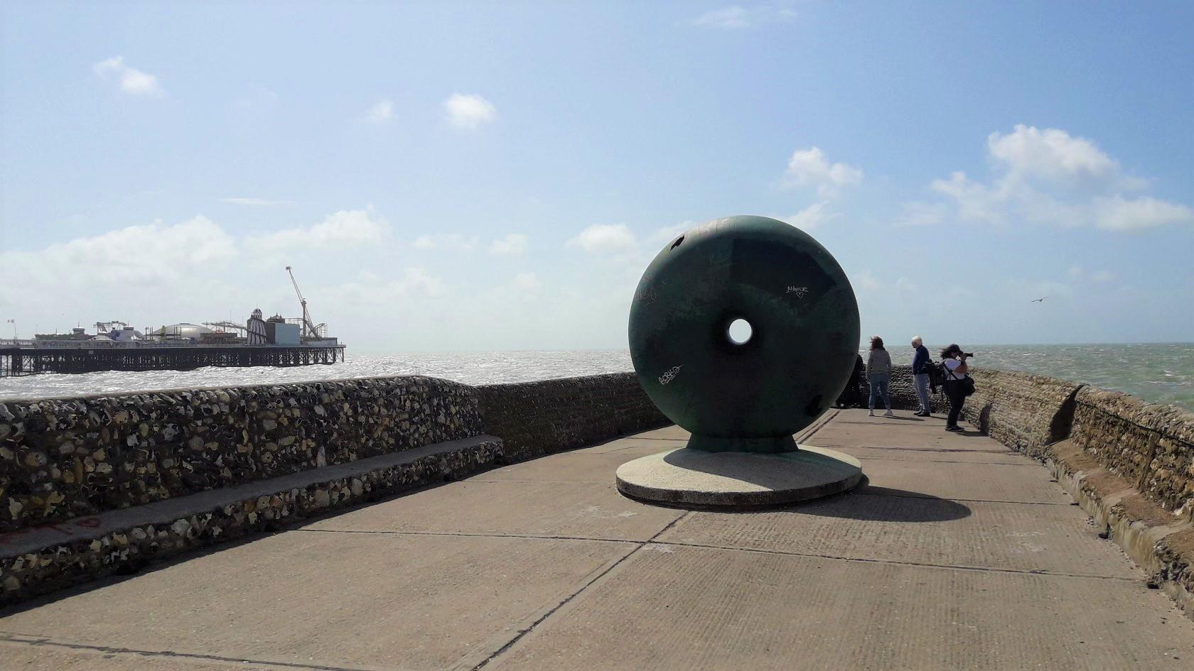 umělecké dílo Afloat v Brightonu