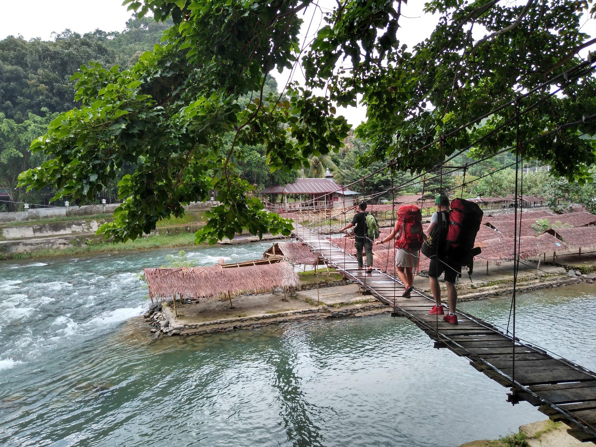 k ubytovaniu musíme prejsť cez chatrný most