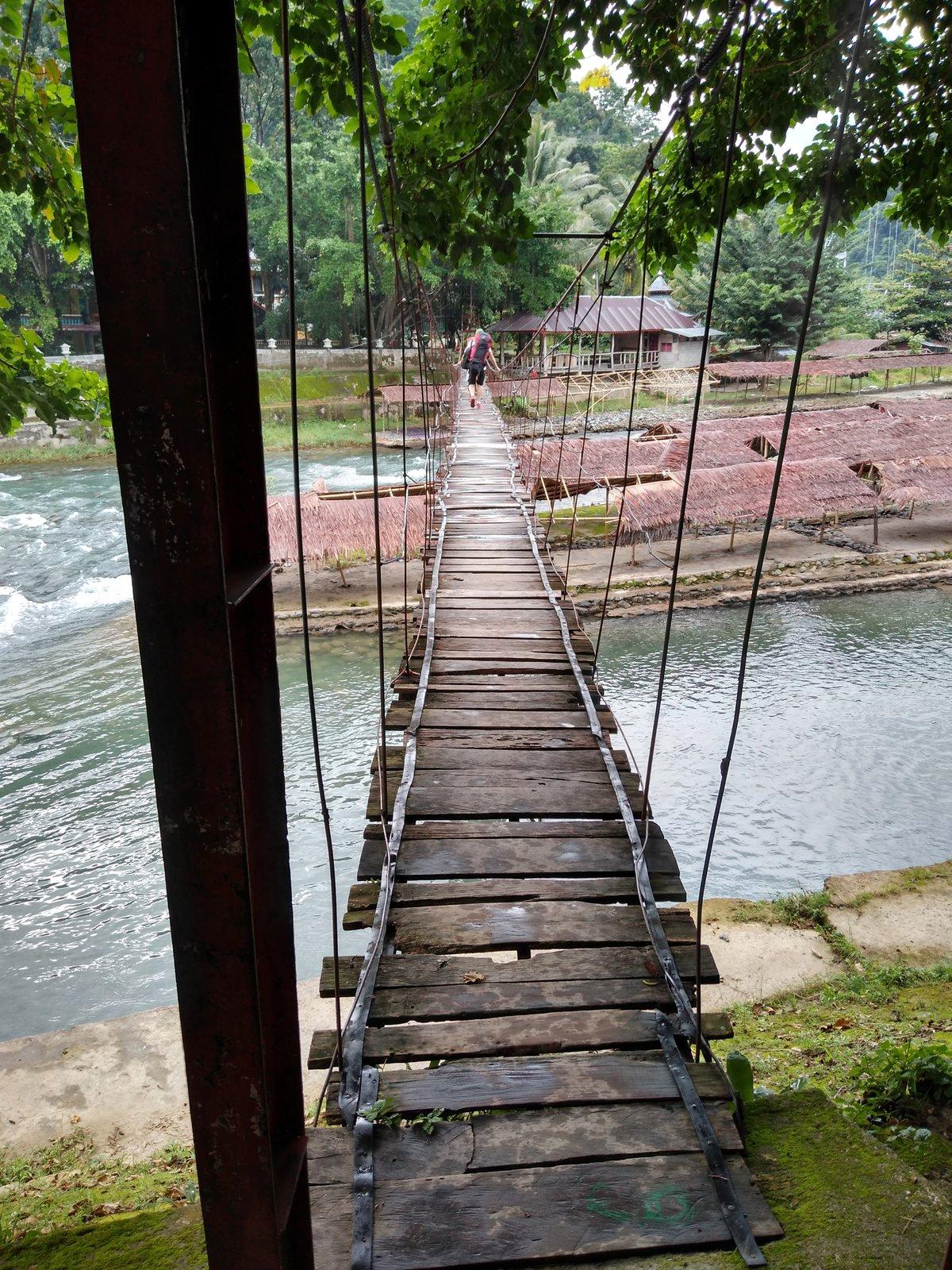 chatrný most cez rieku