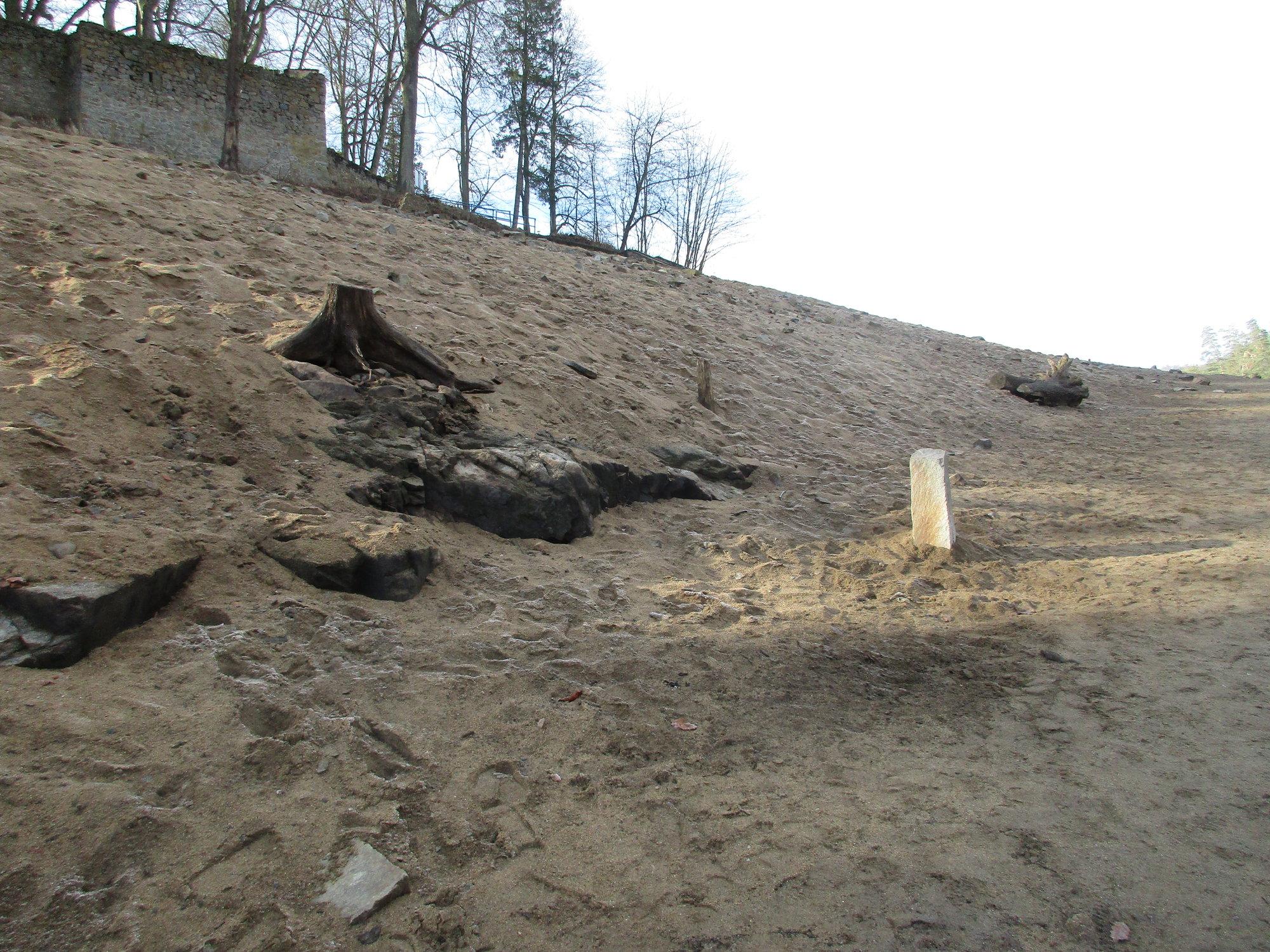 межевой камень возле затопленной дороги (Звиков)