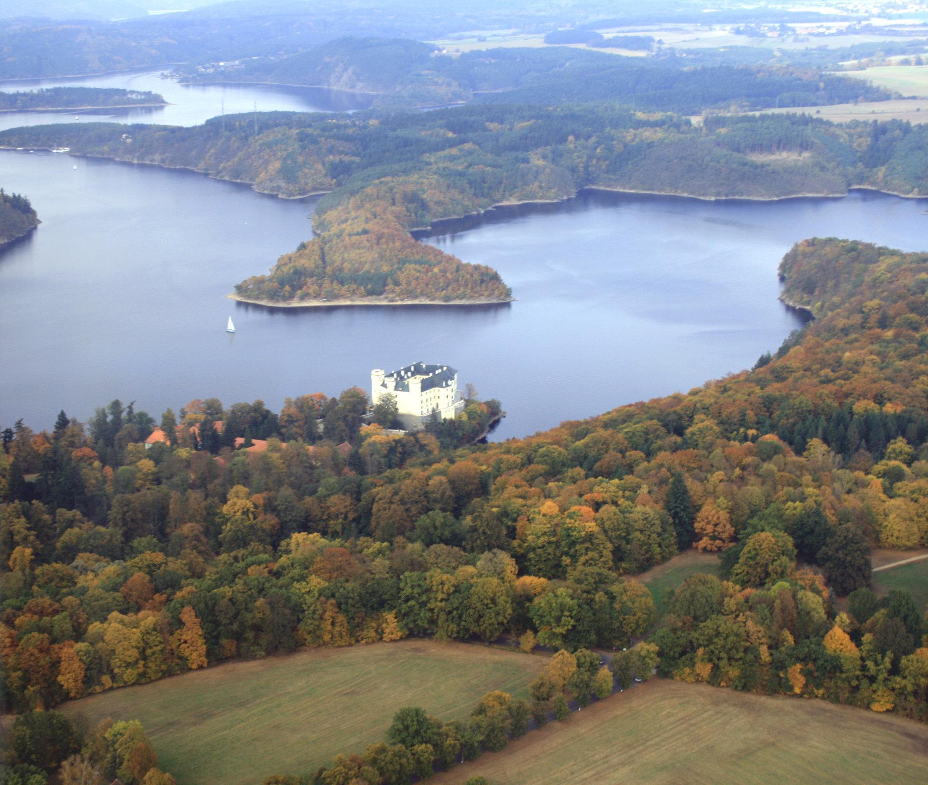 zámek Orlík a Orlická přehrada (plně napuštěná)