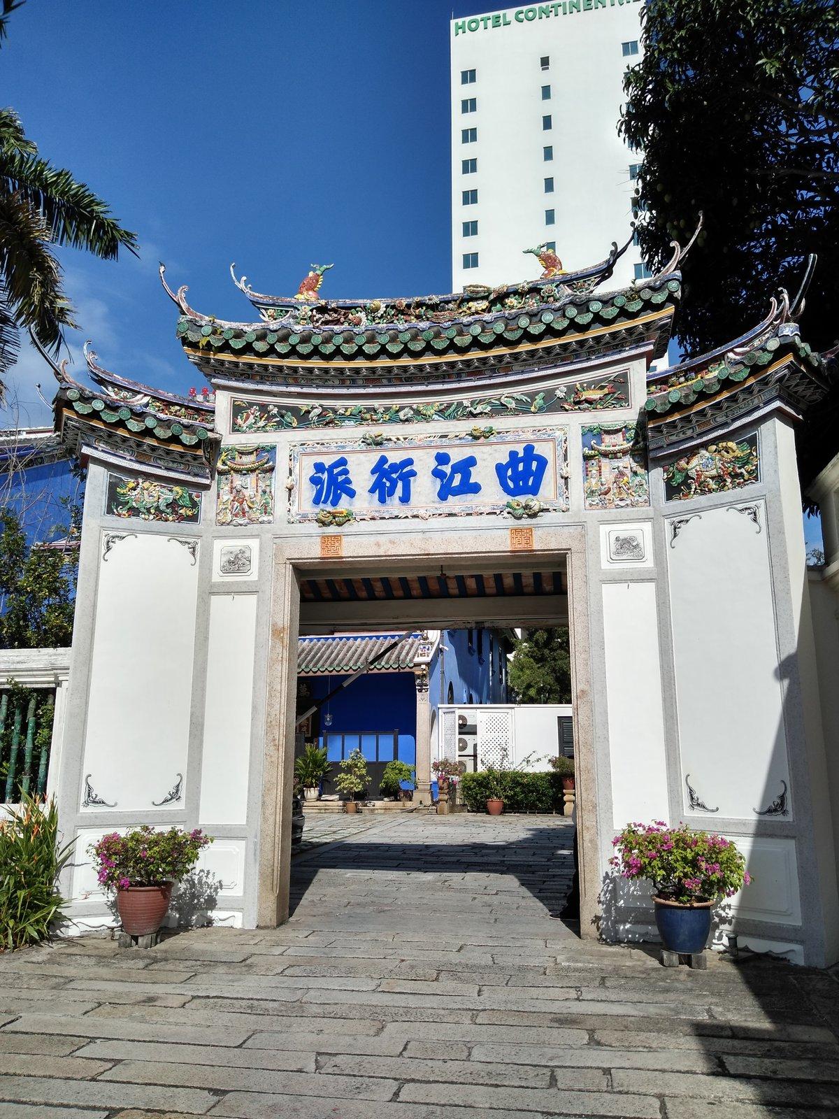 pred bránou pri Cheong Fatt Tze Mansion
