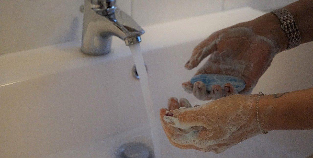 myjte si důkladně ruce několikrát denně