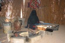 beduínka připravuje placky