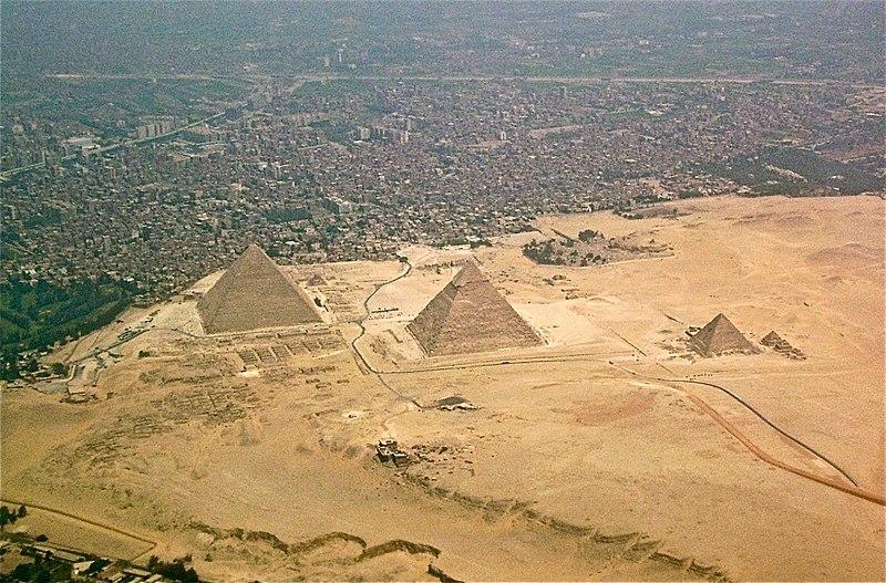 вид с воздуха на пирамиду