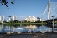 na promenáde pod mostom Seri Wawasan