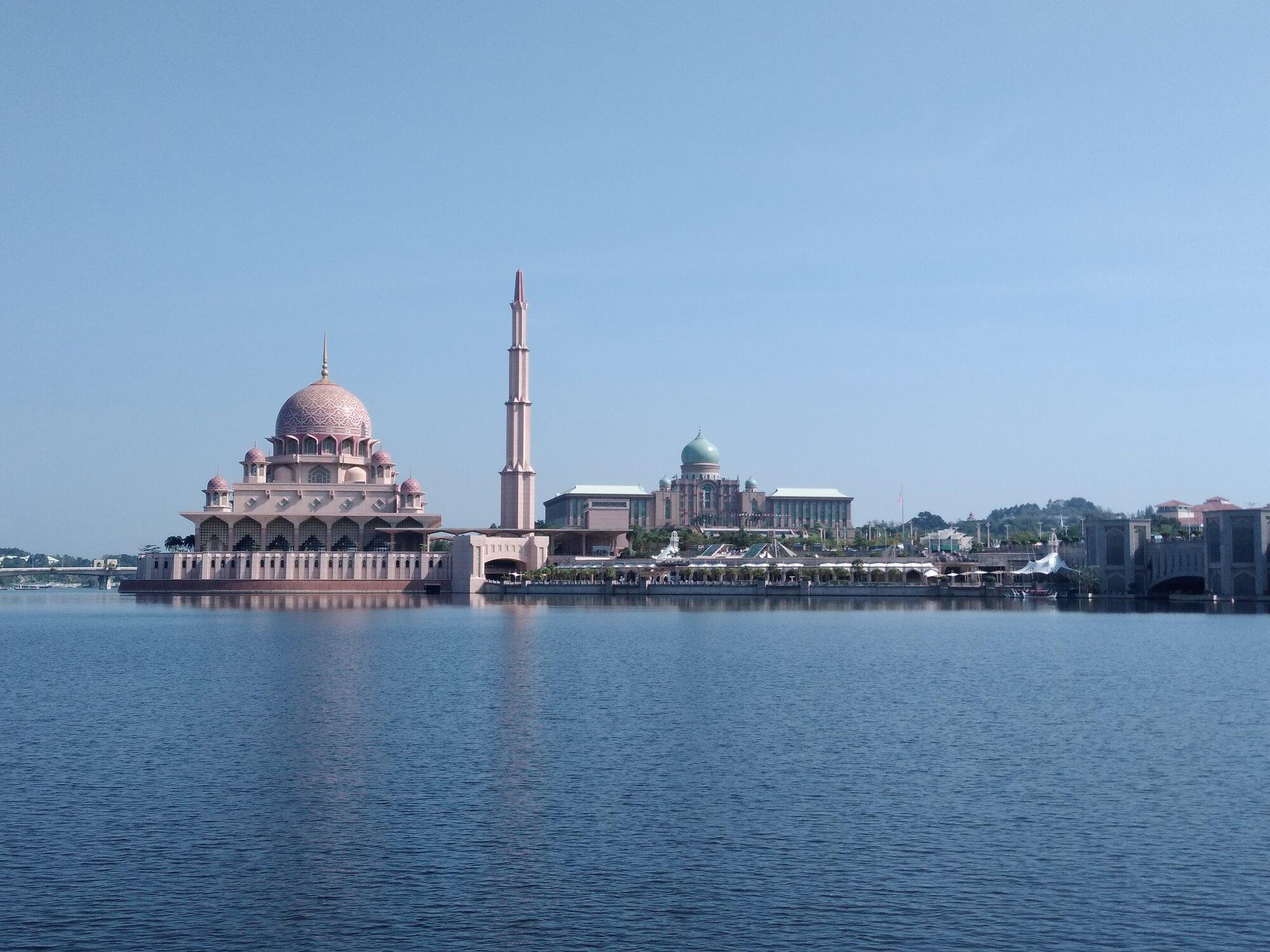 вид на мечеть Путра с моста Сери-Вавасан
