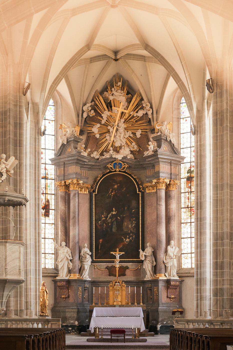 interiér kostela Povýšení svatého Kříže