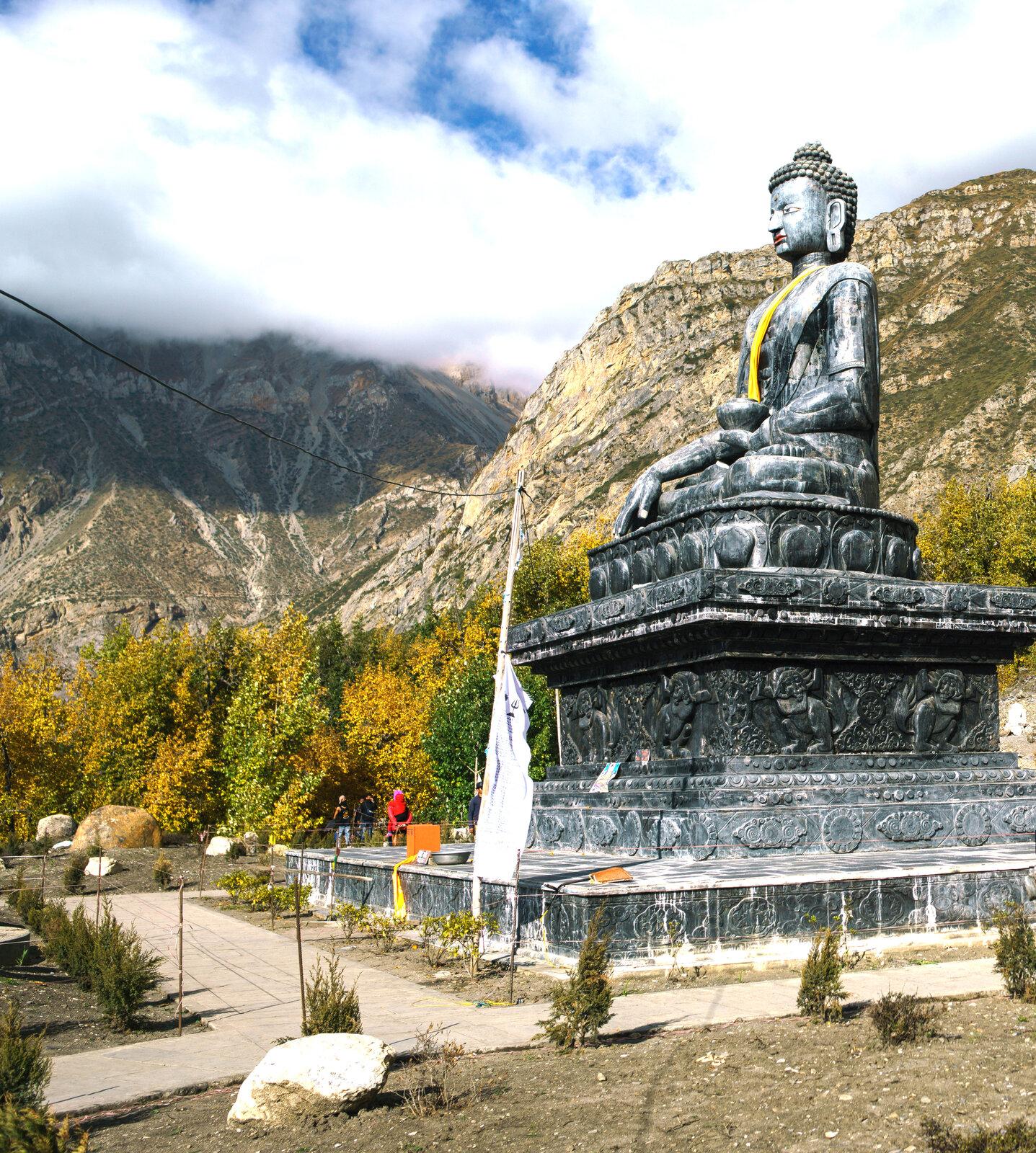 kúsok od komplexu kláštora je monumentálna socha Budhu .