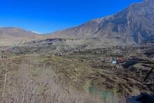 výhľad na kláštor a krajinu Mustangu